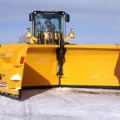 Lisäsiipinivelaura VLES 6700 ja VLES 7300 on suunniteltu pyöräkuormaimiin suurehkojen lumimäärien auraukseen